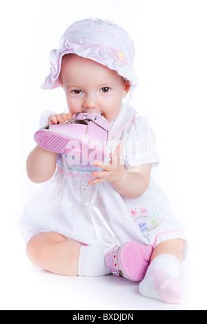 Baby im Studio vor einem weißen Hintergrund. - Stockfoto
