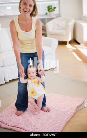 Babys erste Schritte - Stockfoto