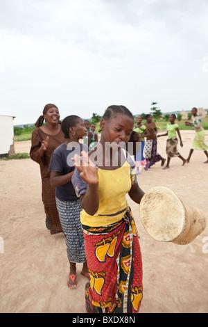 Heranwachsende Mädchen singen und tanzen gemeinsam auf eine nach der Schule programmieren in Dodoma, Tansania, Ostafrika. - Stockfoto