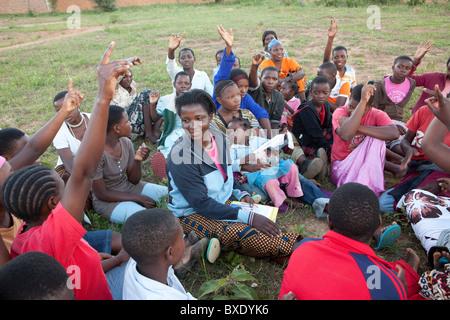 Heranwachsende Mädchen besuchen nach der Schule Programm in Iringa, Tansania, Ostafrika. - Stockfoto