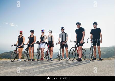 Radfahrer, die neben ihren Bikes am Straßenrand stehenden - Stockfoto