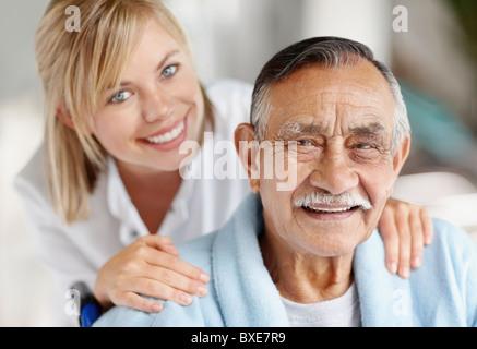 Krankenschwester, die Fürsorge für ältere Patienten - Stockfoto