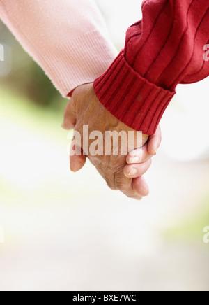 zwei Menschen Hand in Hand - Stockfoto
