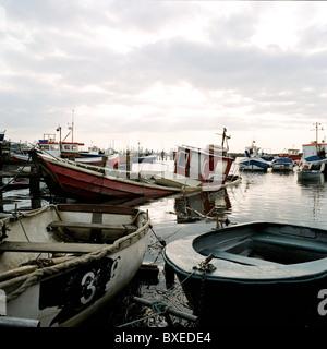 Fischerboote bei Flut in Paddy's Loch Hafen angedockt, in der Nähe von Redcar, Cleveland. - Stockfoto