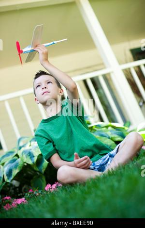 Kleiner Junge spielt mit Spielzeugflugzeug - Stockfoto