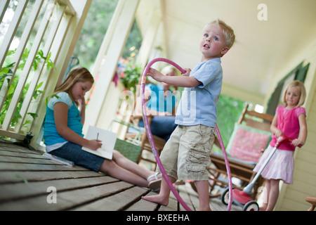 Kinder spielen auf Veranda - Stockfoto