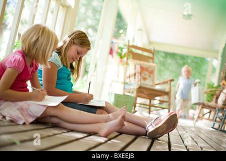 Zwei Mädchen, die Briefe zu schreiben - Stockfoto