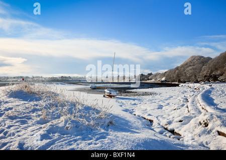 Red Wharf Bay (Traeth Coch), Isle of Anglesey, North Wales, UK, Europa. Schnee-Szene an der Küste im winter - Stockfoto