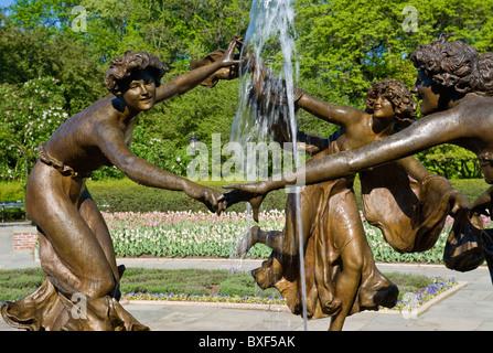 Wintergarten im Central Park in New York City mit der drei tanzende Jungfrauen-Statue von dem Bildhauer Walter Schott. - Stockfoto