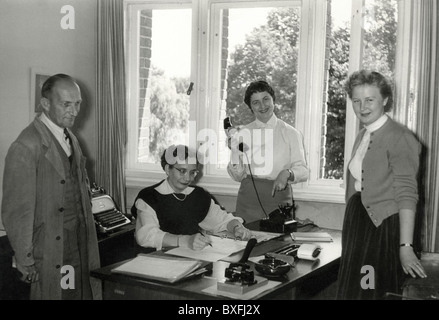 Office, Office Personal, Gruppe Bild, Deutschland, ca. 1955,- Additional-Rights Clearences-NA - Stockfoto
