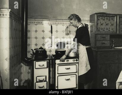 Haushalt, Küchenutensilien, Gasherd, die von Junker und Ruh, Deutschland, ca. 1935,- Additional-Rights Clearences - Stockfoto