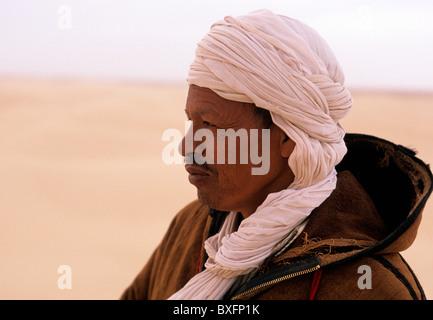 Tunesischer Mann in traditionellen Berber Kleid am Rande der Sahara-Wüste in der Nähe der Oase Stadt von Tozeur - Stockfoto