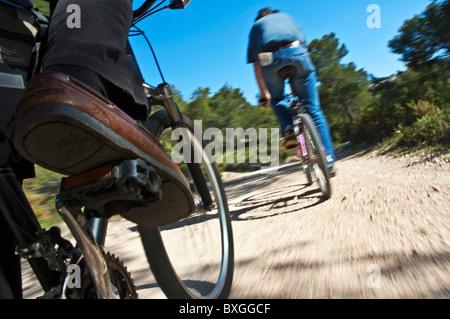Mannes Beine treten auf dem Mountainbike, Vitrolles, Provence, Frankreich. - Stockfoto
