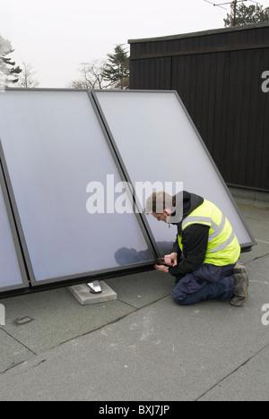 Warmwasser-Sonnenkollektoren auf dem Dach einer Schule Ipswich UK ausgestattet - Stockfoto