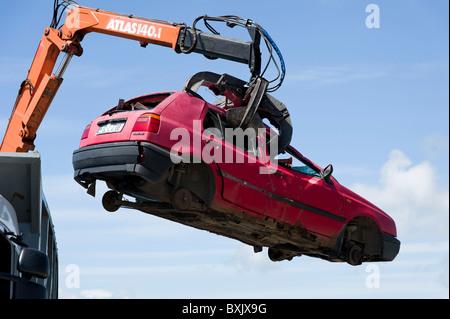 Schrottauto abgeholt mit hydraulischen Greifer, Irland - Stockfoto