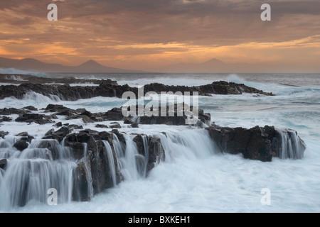 Gran Canaria: Sonnenuntergang von der Nordküste. Der Teide auf Teneriffa In der Ferne. - Stockfoto