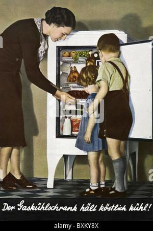 Haushalt, Küche/Kochnische, Kühlschrank, Hausfrau und Kinder mit Gas Electrolux Kühlschrank, Deutschland, 1937, - Stockfoto