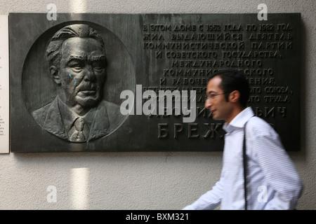 Mann, vorbei an einer Gedenktafel aus dem Hause Leonid Brezhnev in Moskau im Mauermuseum in Berlin, Deutschland. - Stockfoto