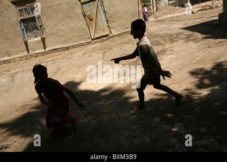 Kinder spielen in der Zigeuner Dorf von Gigikhana in der Nähe von Buchara, Usbekistan. - Stockfoto