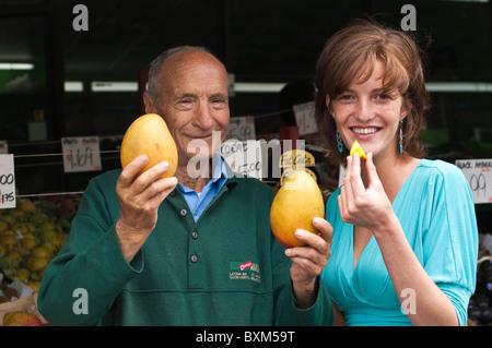 Montreal, Kanada. Junge Frau bei Jean Talon Market. - Stockfoto