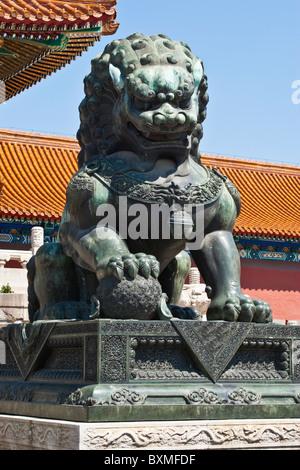 Asien, China, Peking. Skulptur des männlichen Löwen, eines traditionellen imperial Guardian paar; Verbotene Stadt. - Stockfoto