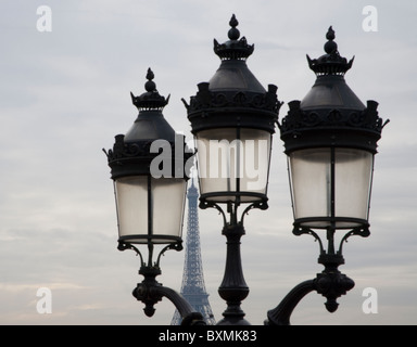 Den Eiffelturm durch Vintage Paris Gaslampen gesehen. - Stockfoto