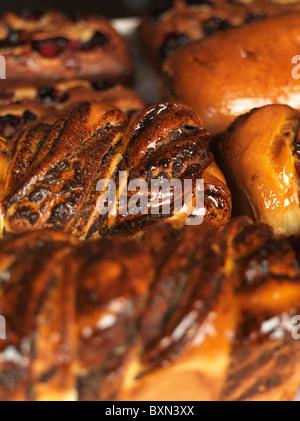 Frisch gebackene süße verglaste Brot auf ein Backblech - Stockfoto