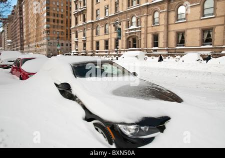 Autos im Schnee in New York City - 27.12.10 begraben