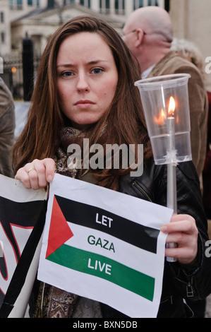 Charlene O'Hara (Sinn Féin) Candlelit Vigil zu Ehren der 2. Jahrestag der Bombardierung von Gaza. Belfast, 27/12/2010 - Stockfoto