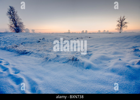 gefrorenen Schnee und Winter Sonnenuntergang am Horizont - Stockfoto