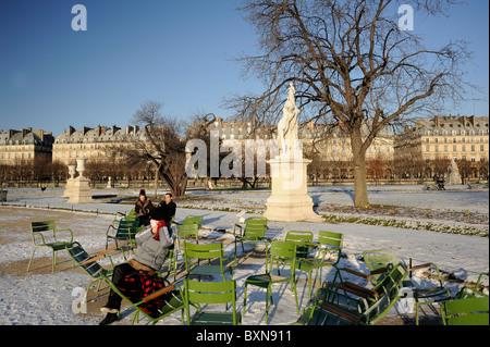 Paris Frankreich Touristen am Jardin des Tuileries im winter - Stockfoto