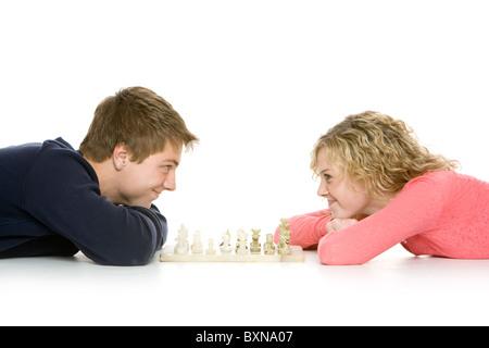 Attraktive Teenager mit spielen Schach, isoliert auf weiss liegend - Stockfoto