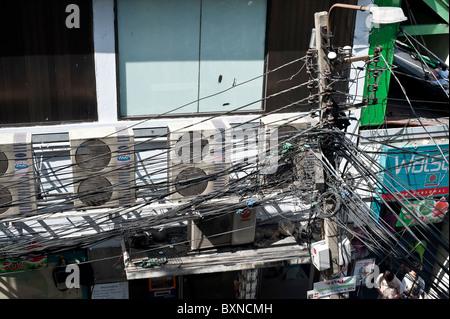 Chaotischen Verkabelung in Bangkok. - Stockfoto