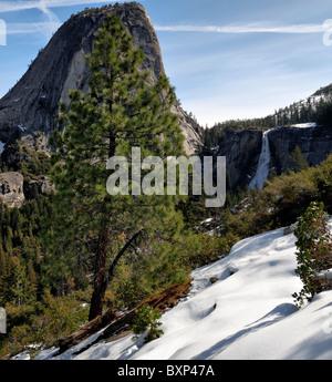 Nevada fällt Liberty Cap John Muir Trail Yosemite Nationalpark Kalifornien USA Frühling Schnee Granit dome Merced - Stockfoto