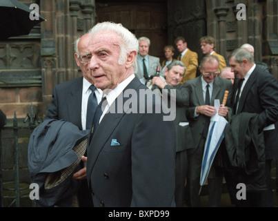 Sir Stanley Matthews bei der Beerdigung des englischen Fußball-Legende Billy Wright in St. Peters Church in Wolverhampton. - Stockfoto