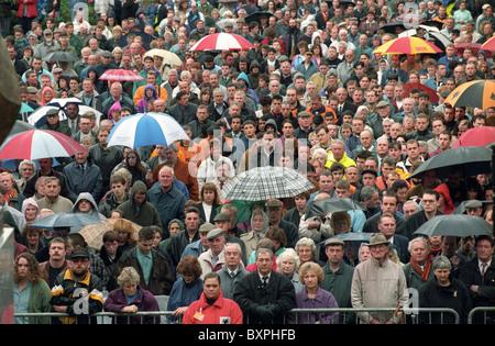 Beerdigung des englischen Fußball-Legende Billy Wright in Wolverhampton. Massen von düsteren Unterstützer außerhalb - Stockfoto