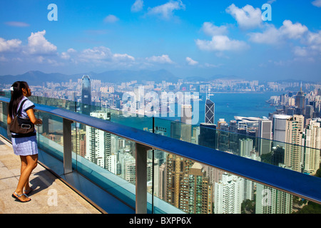 Die erstaunliche Hong Kong Skyline wie gesehen von oben in den Tag. Victoria Hafen Hafen und Kowloon - Stockfoto