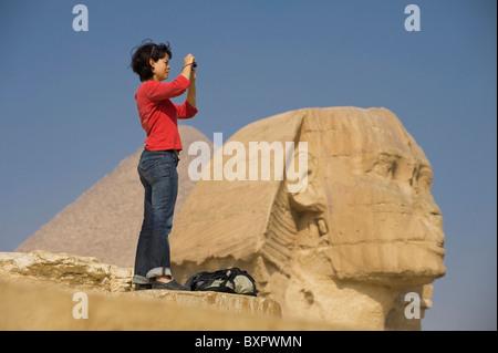 Frau mit fotografieren vor Sphinx und Pyramide - Stockfoto