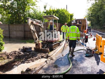 Arbeiter von Mai GURNEY graben ein Loch an einer Straße, Versorgung Rohrbruch Wasserleitungen reparieren - Stockfoto
