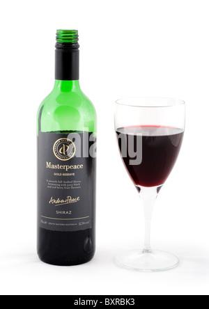 Flasche und Glas des australischen Shiraz Rotwein, UK - Stockfoto