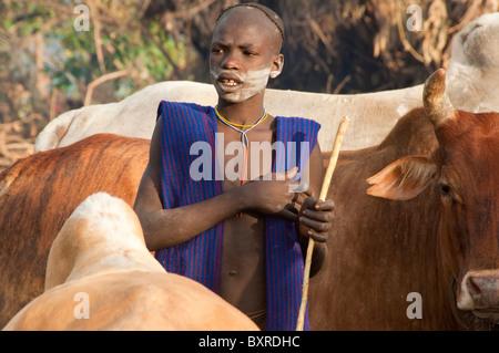 Rinder Herder von Suri / Surma Stamm mit Pfeil und Bogen