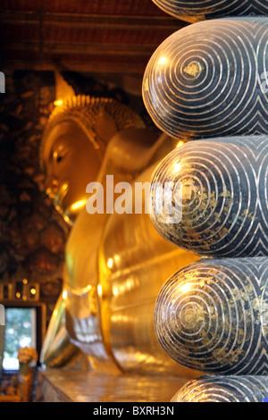 Füße von den goldenen liegenden Buddha-Statue an der Wat Pho Tempel Bangkok, Thailand - Stockfoto