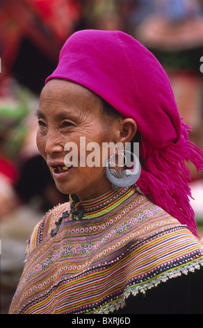 Flower Hmong Frau auf dem Markt können Cau. Lao Cai Provinz, Nord-Vietnam. - Stockfoto