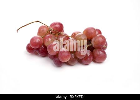 Rote Trauben Haufen auf weißem Hintergrund - Stockfoto