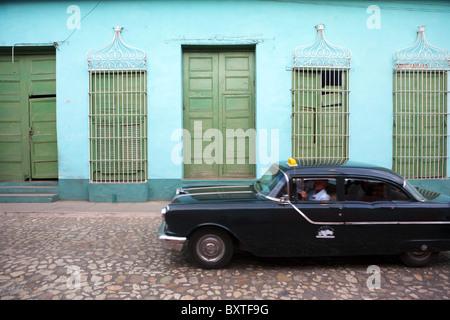 TRINIDAD: SCHWARZES TAXI AN DER KOLONIALEN STREET - Stockfoto