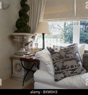 Gemusterte Kissen Auf Weissen Sofa Vor Fenster Mit Creme Leinen Vorhnge Im Wohnzimmer Faux Formschnitt