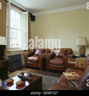 ... Braune Ledersessel Und Sofas In Creme Stadthaus Wohnzimmer Mit Weißen  Plantage Fensterläden Am Fenster   Stockfoto