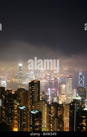 Der erstaunliche Hong Kong Skyline bei Nacht von oben gesehen. Victoria Hafen Hafen und Kowloon