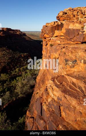 Australien Northern Territory Watarrka National Park Rising Sun leuchtet rote Sandsteinfelsen von Kings Canyon mit - Stockfoto