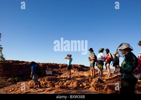 Australien Northern Territory Watarrka National Park Gruppe von Wanderern ruht an Spitze der Kings Canyon entlang - Stockfoto